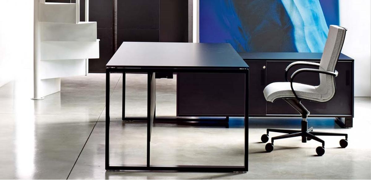 Mobili per ufficio scrivania piano legno con mobile servizio for Scrivania con mobile